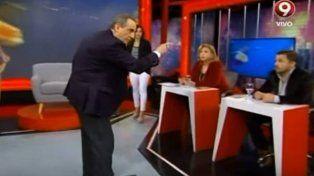 Enfurecido. En esta imagen de TV se ve a Guillermo Moreno mientras insulta al periodista que le formuló una pregunta.