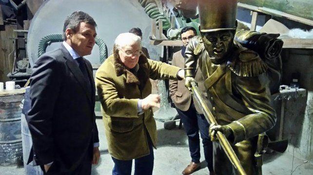 En proceso. El intendente Raimundo visitó al artista a cargo de la obra.