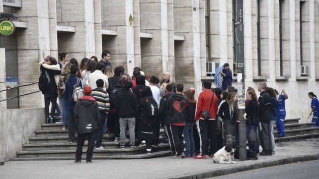 Familiares y amigos de Fabricio en las escalinatas de Tribunales