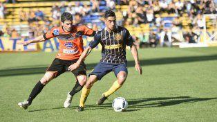Washington Camacho intenta maniobrar ante la marca de un volante uruguayo.