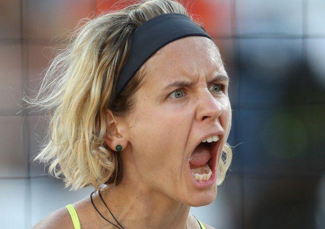 La alemana Laura Ludwig celebra un punto en voley playero.