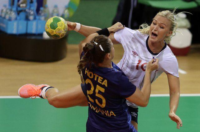 Una escena del choque en handball entre Noruega y Rumania.