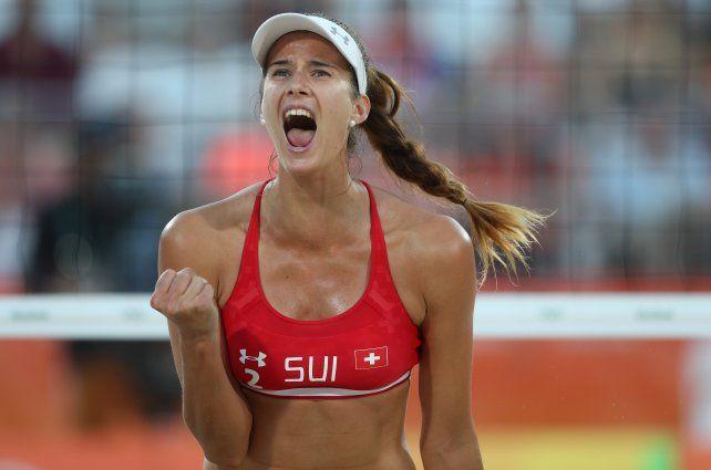 La suiza Joana Heidrich celebra un tanto en la competencia de voley playero.