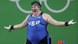 La levantadora de pesas estadounidense Sarah Elizabeth Robles celebra tras un intento exitoso en 75 kilos.