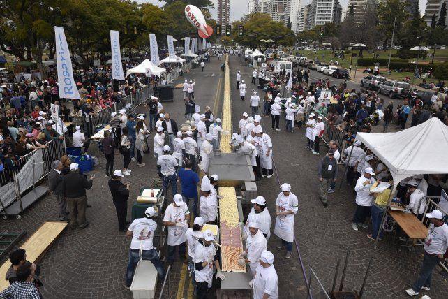 amasado. Avenida Belgrano se transformó en una amplia cocina a cielo abierto. La recaudación se donó a Cáritas.