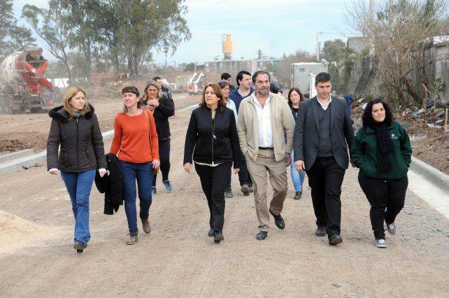 en marcha. La intendenta recorre las obras sobre los terrenos que cedió la empresa Cerámica Alberdi.