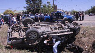 vuelco fatal. La camioneta robada en la que huían los ladrones volcó en un camino rural de General Lagos. Uno murió.