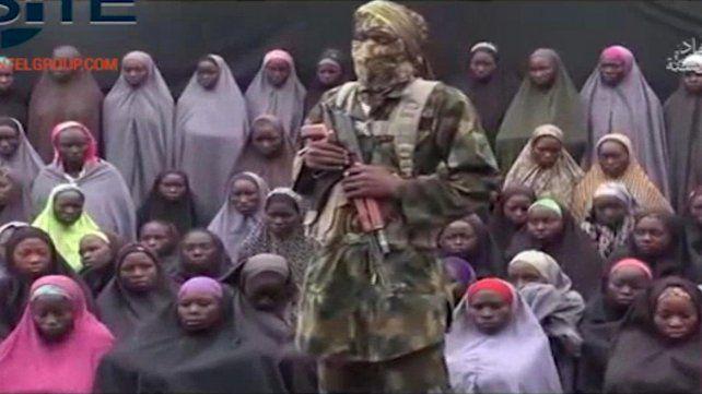 estremecedor. Un jefe terrorista mostró a las chicas y exigió negociar su liberación. Fueron raptadas en abril de 2014.