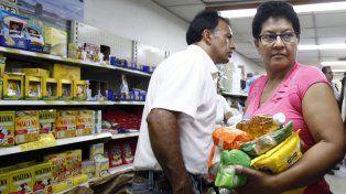 comida. Una familia venezolana compra todo lo que puede en Colombia.