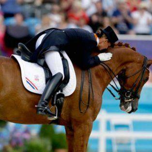 una holandesa decidio retirarse de los juegos olimpicos para salvar a su caballo