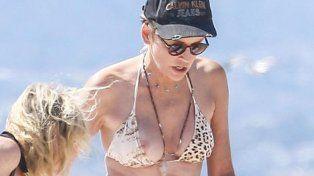 Sharon Stone tuvo un accidente con su bikini que dejó a la vista una de sus lolas