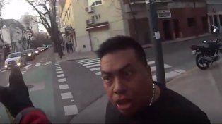 Un video muestra la violenta agresión de un taxista a un ciclista que lo miró mal