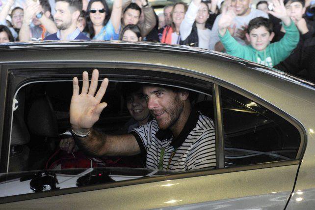 Del Potro llegó al país y fue saludado calurosamente por el público en Aeroparque
