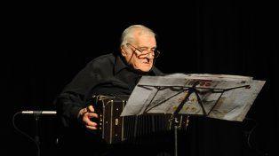 El bandoneonista Rodolfo Cholo Montironi es uno de los baigorrienses destacado en el libro.