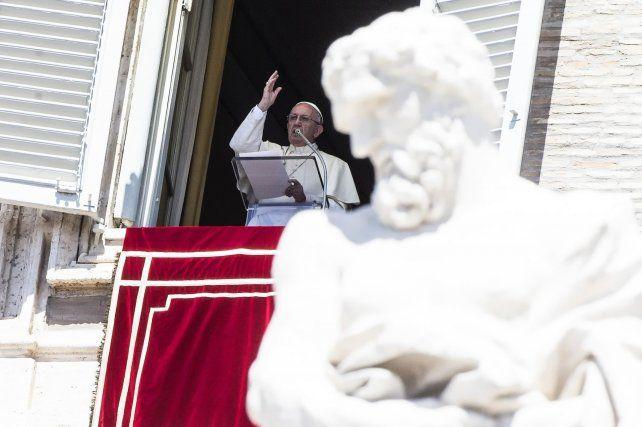 Conmemoración. Francisco ayer en el palacio Apostólico al dar el Angelus por la Asunción de la Virgen María.