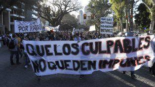 Pedido. Los manifestantes caminaron por Oroño hasta la costa central y terminaron la protesta en el Monumento.