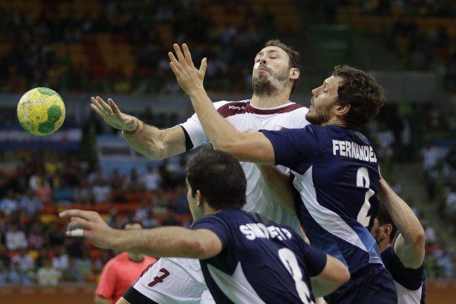 Es una lucha. Simonet y Fernández pelean contra el qatarí Roine.