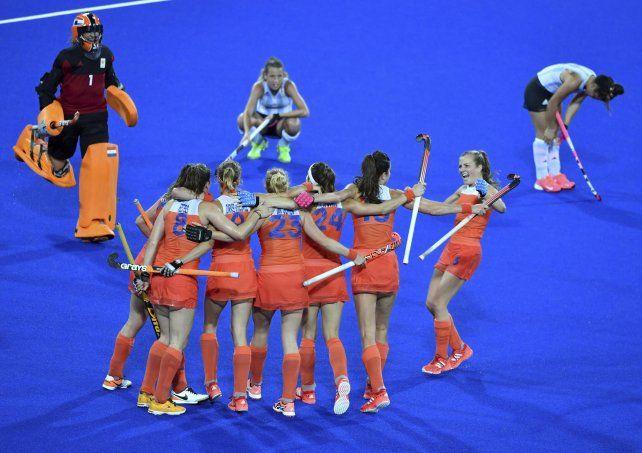 Contraste. Los holandesas festejan abrazadas el paso a las semifinales