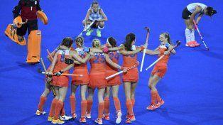 Contraste. Los holandesas festejan abrazadas el paso a las semifinales, mientras las jugadoras argentinas sufren cabizbajas la dura eliminación de los Juegos Olímpicos.