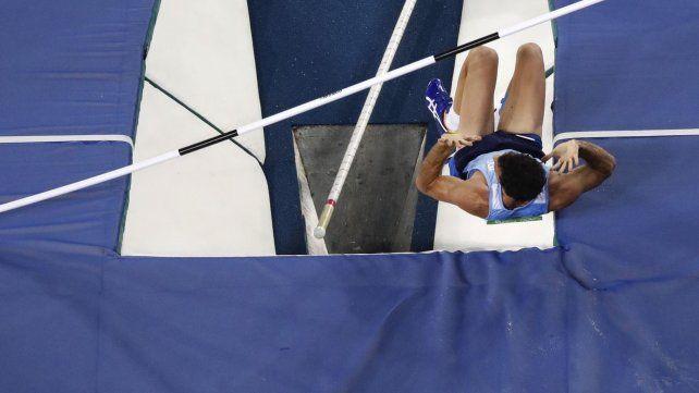 El salto con garrocha de Chiaraviglio se vio complicado por la lluvia y quedó afuera