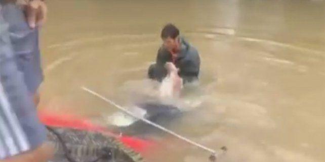 Drámatico rescate de una mujer y su perro en un rio de Louisiana