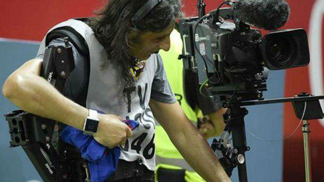 El cámara se retira del estadio con el panatalón de Messi como trofeo de guerra.