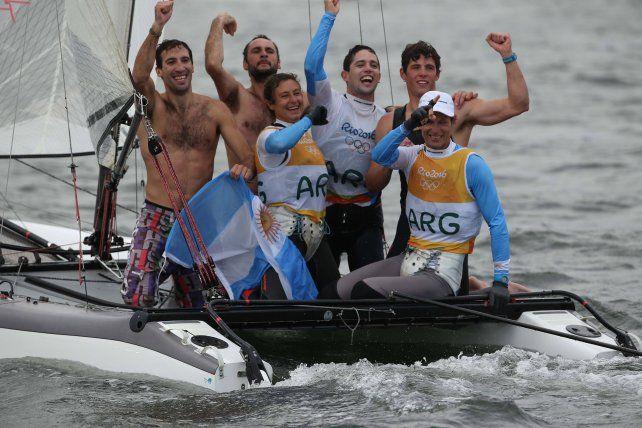 La felicidad y admiración de los atletas por el oro conseguido por Lange y Cecilia Carranza