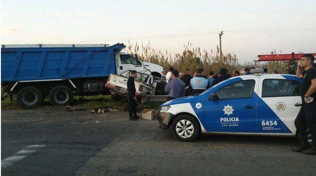 Así quedó la camioneta Toyota y el camión tras la colisión en el km 1 de la ruta nacional 34.
