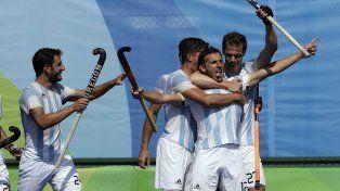 A la final. Lucas Vila abre los brazos y recibe el saludo de sus compañeros tras marcar el quinto