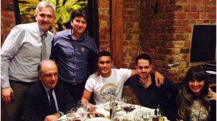 Teo Gutierrez durante la cena anoche en Rosario junto a dirigentes de Central.