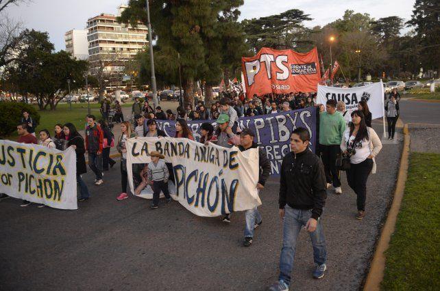 Los manifestantes fueron desde Pellegrini y Balcarce hasta los Tribunales de bulevar Oroño y Rioja.
