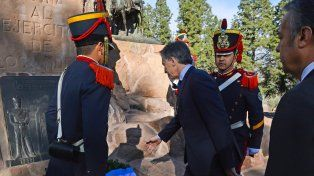 flores. Mauricio Macri encabezó en el Cerro de la Gloria un homenaje al general José de San Martín.