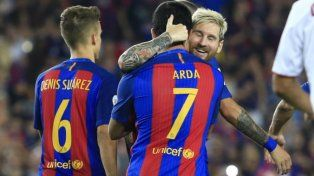Abrazo de gol. Lionel Messi festeja su tanto con el turco Arda Turán.