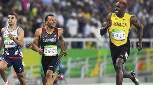 Usain Bolt tuvo tiempo hasta de bromear con un rival al meterse en la final de 200 metros