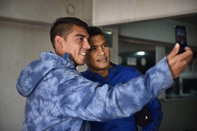 Teo Gutiérrez se toma una selfie con un hincha canalla que lo abordó tras la revisión médica.