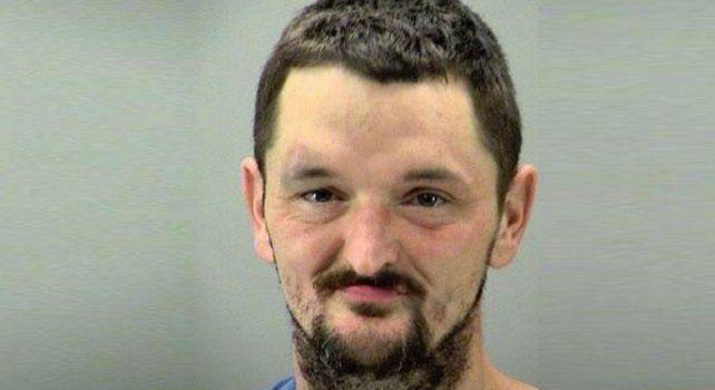 Michael Henson fue detenido y quedó acusado de indecencia pública.