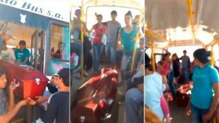 Se rompió el coche fúnebre y los familiares del muerto subieron el cajón a un colectivo