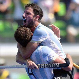 Manu Brunet se abraza a su compañero. El jugador de Uni es campeón olímpico.