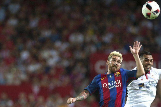 A jugar. Messi y Mercado disputan la pelota. Son dos de los argentinos que jugarán en la liga española.