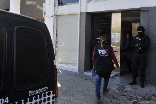 allanamiento. En un departamento del primer piso de un edificio de Vera Mujica al 700 vive el principal acusado.
