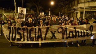 de frente. Unos mil vecinos caminaron 25 cuadras para pedir que se esclarezca el homicidio de Nahuel Ciarrocca.