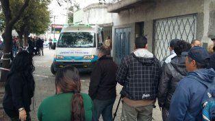 Una ambulancia del Sies se apresta a retirar el cuerpo del comerciante asesinado.