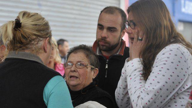 Vecinos y familiares consternados por el asesinato del comerciante.