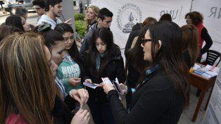 Desde este año la UNR implementa las Expo Carreras. Una estrategia donde se difunde la oferta académica universitaria en las plazas y espacios abiertos de la ciudad. La última fue en la plaza Pringles.