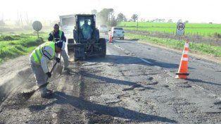 Hombres trabajando. Las tareas de bacheo se vienen realizando en zonas rurales entre Carcarañá y Correa. También hay tareas en torno a Cañada de Gómez.