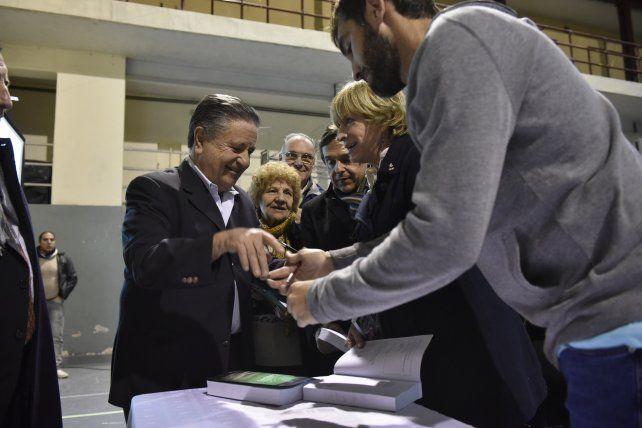 Firmando libros. Duhalde brindó ayer una conferencia en Rosario.