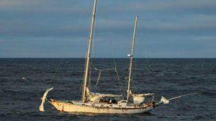 Averiada. Foto del velero que tomaron tripulantes del pesquero cuando lo avistaron en los mares del sur.