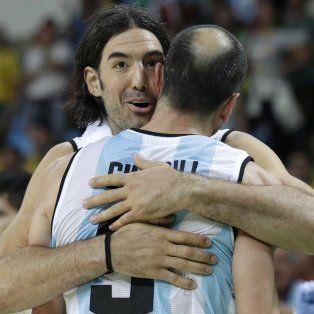 Dos potencias. Scola se funde en un cálido abrazo con Manu Ginóbili, últimos eslabones de la Generación Dorada.