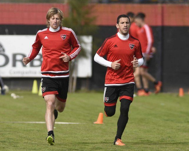 Referentes. Diego Mateo y Maxi Rodríguez trotan en el entrenamiento.