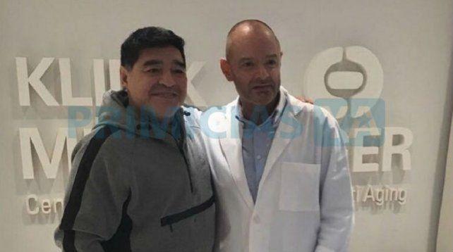 Maradona y el profesional que dirigió la intervención.